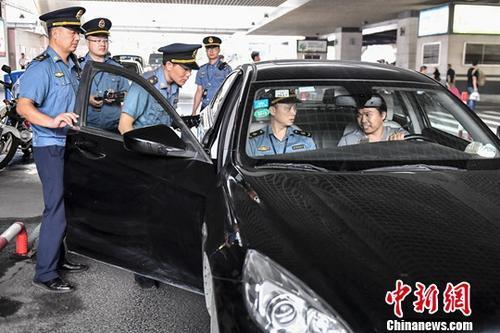 资料图:2018年5月16日,广州开展网约车市场专项整治行动检查现场。陈骥旻 摄