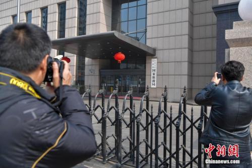 资料图:3月13日下午,民众在原国家旅游局大门前拍照。 中新社记者 骆云飞 摄
