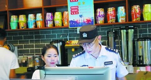 警方夯实平安基础,对一些行业进行走访,排查隐患。