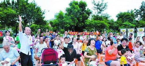 扫黑除恶宣传进村居,市民群众积极参与。