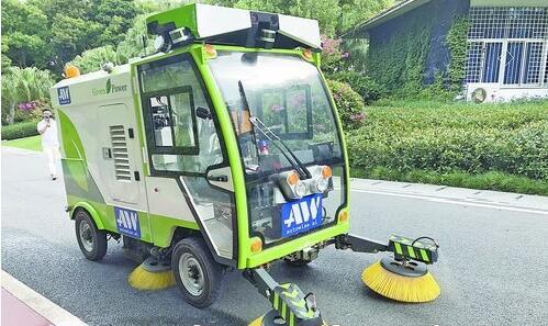安装了无人驾驶系统的智能环卫清扫车正在行驶。