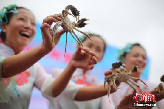 资料图:市民展示新鲜捕捞的洪泽湖大闸蟹。中新社记者 泱波 摄