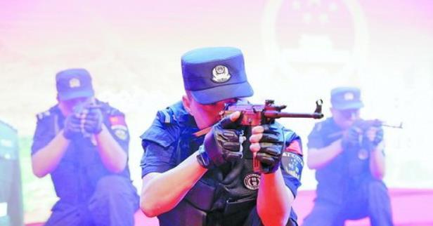 翔安区开展扫黑除恶专项斗争文艺汇演宣传活动,图为翔安公安分局民警展警威雄风。