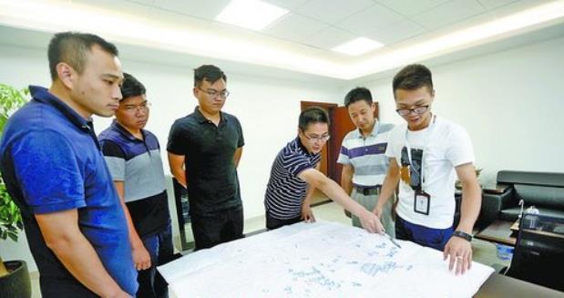 在湖里街道兴华社区,红十字志愿者正在讲解急救知识。