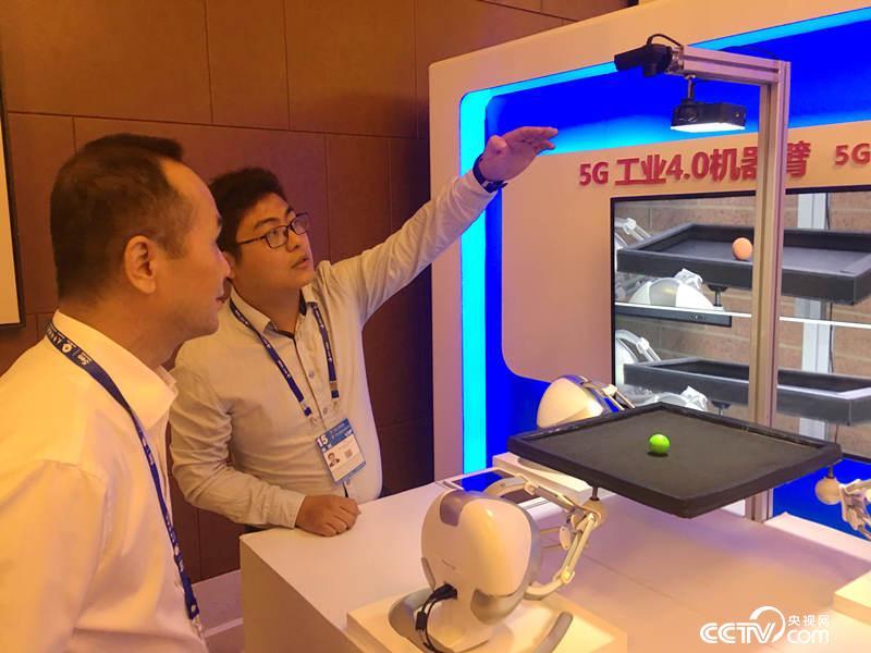 5G时代的工业4.0机器臂(袁育堃 摄)