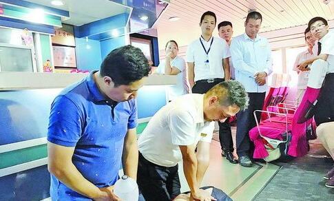 医护人员指导船员练习心肺复苏