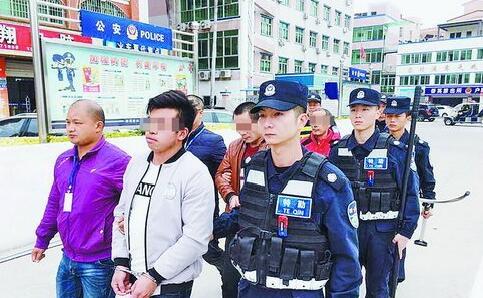 警方抓获涉黑犯罪嫌疑人。