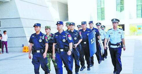 武警、特警在火车站开展站区治安武装巡逻。