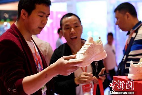 资料图:芯片植入技术植入运动鞋早已屡见不鲜,但是会自动系鞋带的运动鞋还是很吸引人的。(图文无关)中新社记者 王东明 摄