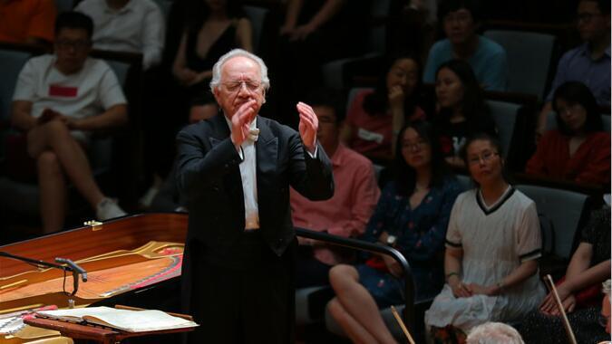 """已伴随乐团30年的现任该团首席指挥泰米尔卡诺夫,曾在世界各地奏响""""经典俄罗斯""""之声。甘源/摄"""