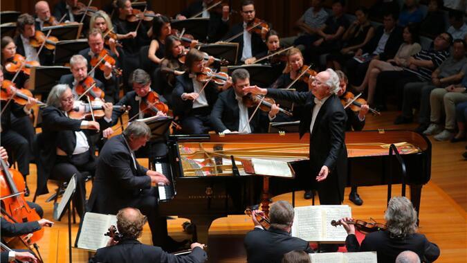 上半场钢琴与乐队交相辉映,令现场观众热血沸腾。甘源/摄