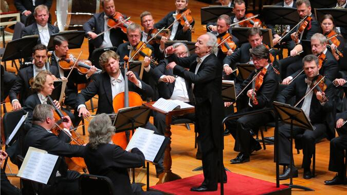 下半场乐团在泰米尔卡诺夫的执棒下献上感怀人心的旋律,令现场观众久久沉浸其中。甘源/摄