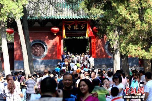 9月20日起,嵩山少林寺景区门票价格由100元降为80元。(资料图)中新社记者 王中举 摄