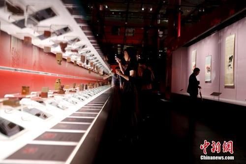 """资料图:""""清平福来——齐白石艺术特展""""在北京故宫午门和西雁翅楼展厅开幕。中新社记者 杜洋 摄"""