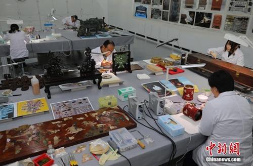 资料图:故宫文物医院内工作人员悉心工作。 中新社记者 杨可佳 摄