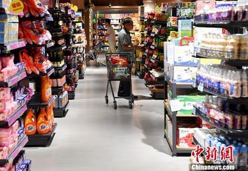 图为民众在一商场购物。中新社记者 张斌 摄