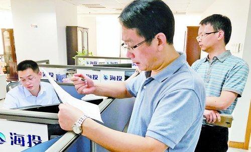 检查人员在海投集团检查津补贴及福利发放等情况。