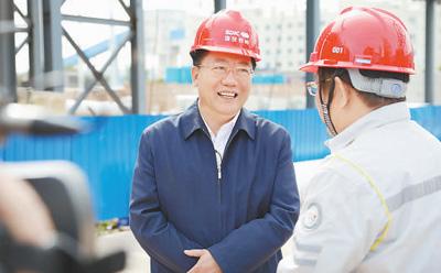 李士伟在施工现场检查工程质量。