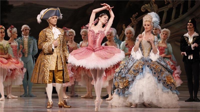 《睡美人》中舞者优雅的肢体和高超的技巧。Jeff Busby/摄