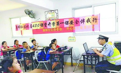 """放学后,孩子们来到""""欢喜430课堂""""静心做作业,还有社工和家长现场辅导。"""
