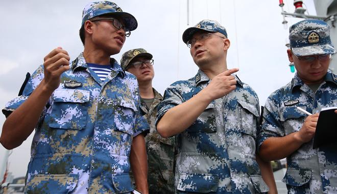 廖新华队长带骨干人才奔赴海军某基地调研相关问题与舰长交流工作经验采集相关数据信息。王臻摄