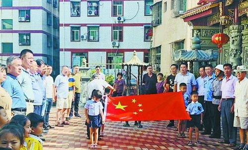 孩子们组成仪仗队,护送国旗。