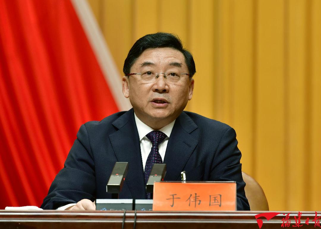 省委书记于伟国代表省委常委会向全会作报告。