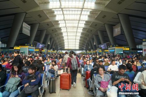 10月1日,旅客在北京南站内候车。当天是国庆假期首日,北京南站迎来客流高峰。中新社记者 张兴龙 摄