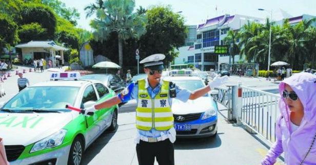 骑警在成功大道万石植物园出口处疏导人员与车辆。