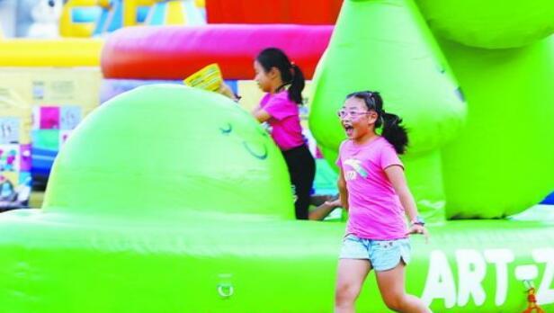 孩子在艺术动物园里尽情玩耍