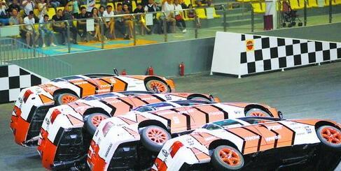 四辆车右侧两轮悬空,仅凭左侧车轮行进。