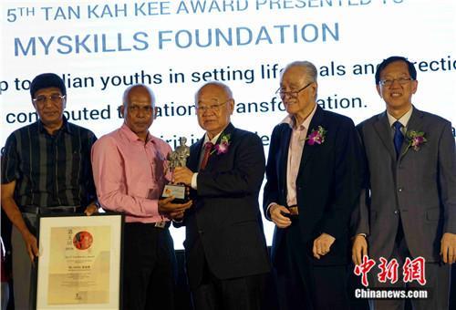 Pasupathi(左二)接受颁奖。陈悦 摄