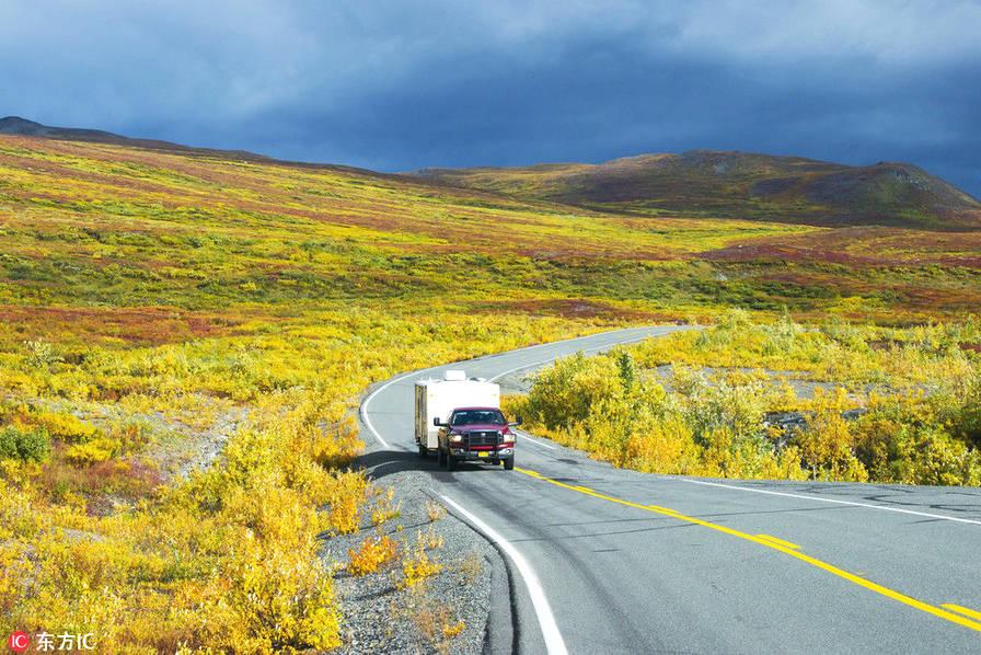 美国阿拉斯加州丹那利公路。开放于1957年的丹那利公路(Denali Highway)是第一条直通阿拉斯加州丹那利国家公园的公路。这条砾石满布的公路穿梭于阿拉斯加山脉的森林和大小山麓丘陵之间,沿途自然风光美不胜收。
