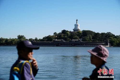 10月6日,北京迎来大风天气。图为游人在北海公园游玩。