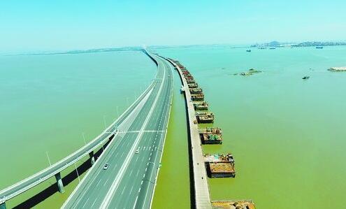 由中交二航局施工的福厦高铁泉州湾跨海大桥主栈桥顺利贯通,海上施工全面展开。