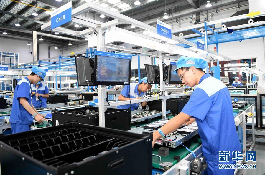 员工在位于济南高新区的浪潮集团高端容错计算机生产基地工作(6月14日摄)。 新华社记者 朱峥 摄