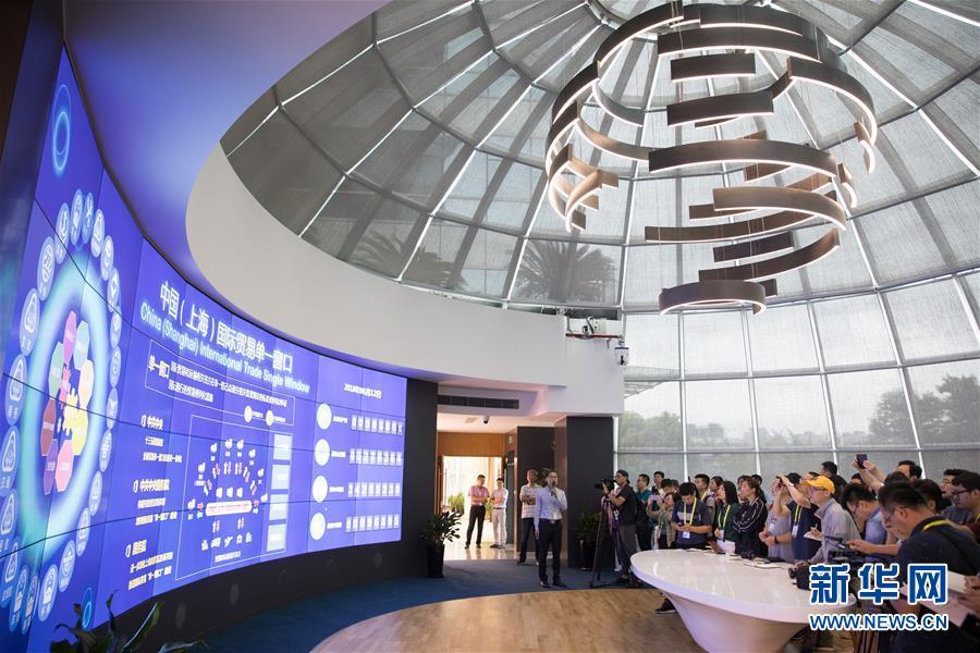 在负责上海国际贸易单一窗口技术开发的亿通公司本部大楼,工作人员介绍中国(上海)国际贸易单一窗口的相关情况(8月12日摄)。新华社记者 金立旺 摄
