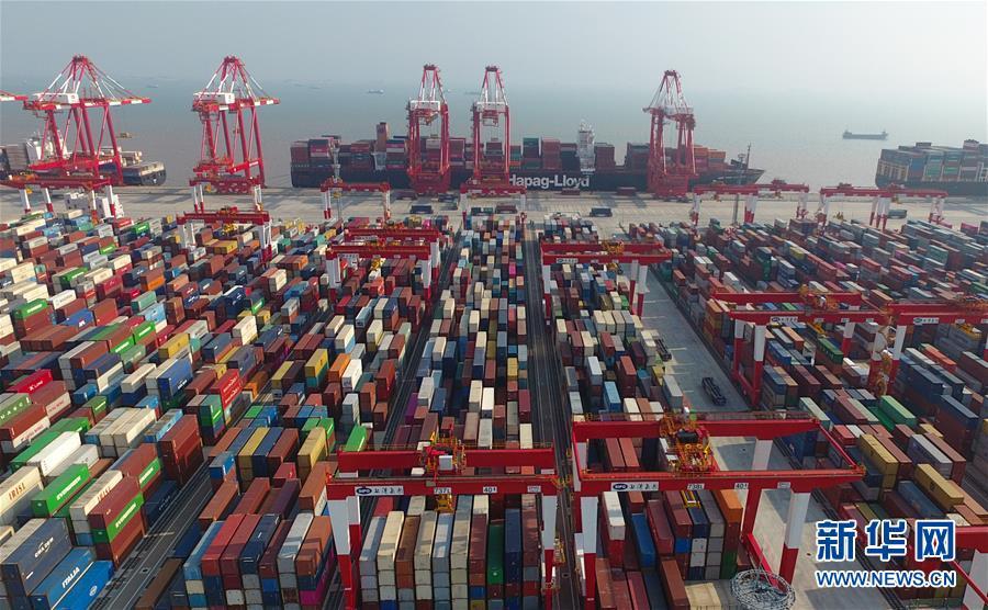 这是上海洋山深水港四期自动化码头(7月25日无人机拍摄)。新华社记者 丁汀 摄