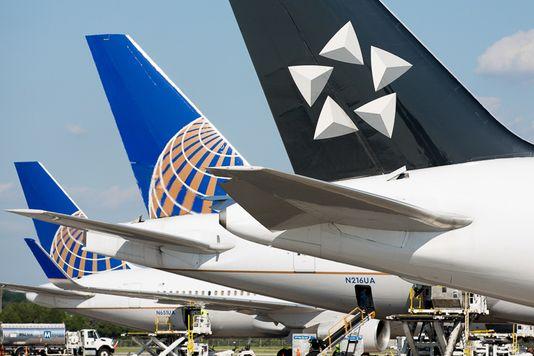 """美国联合航空飞机紧急迫降 疑似因""""引擎爆炸"""""""