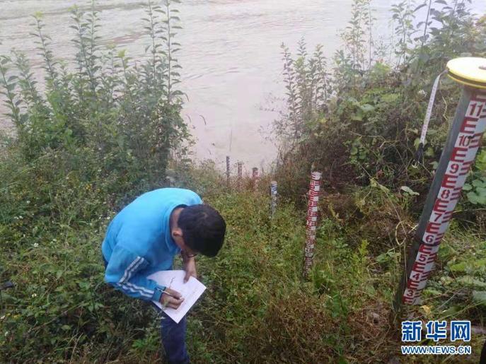 10月14日,工作人员在丽江市玉龙县境内的金沙江边进行测量作业。新华社发