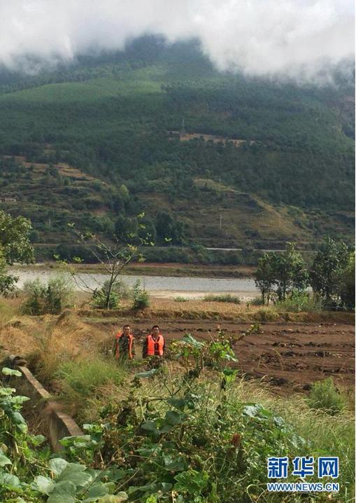 10月14日,工作人员在丽江市玉龙县境内的金沙江边排查群众疏散情况。新华社发