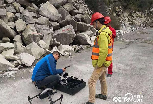 专家赶赴滑坡现场和使用无人机等设备进行工程区监测