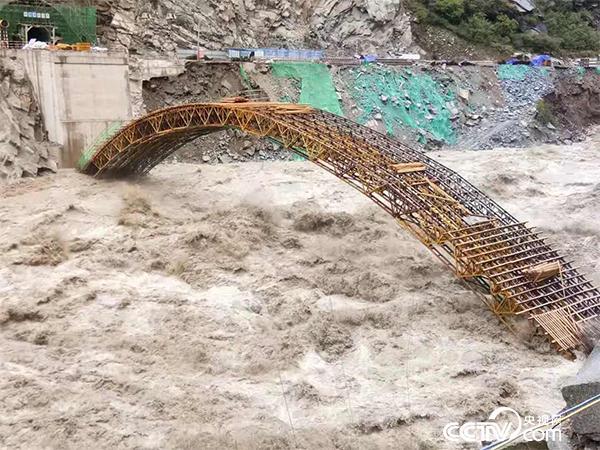 白格堰塞湖洪峰过叶巴滩水电站工区