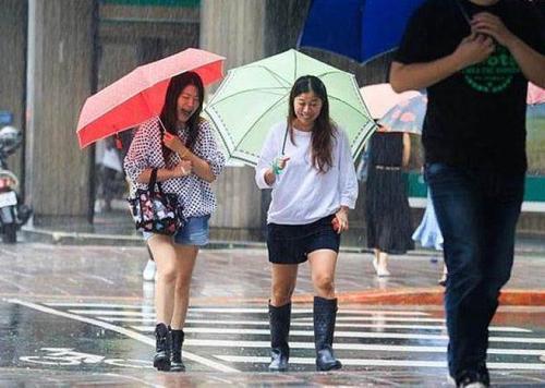 雨中的台湾民众。台湾《中时电子报》资料图