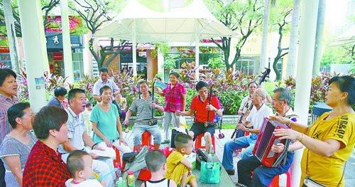 康城社区的老年居民其乐融融。(资料图/记者 黄嵘 摄)