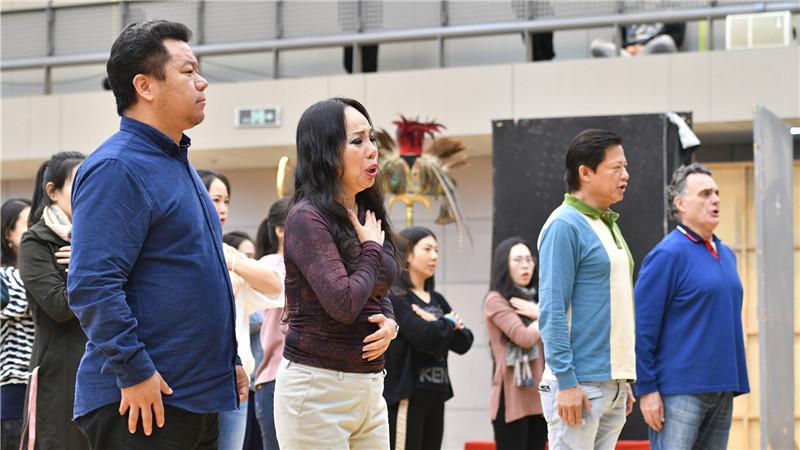 著名华人女高音歌唱家孙秀苇在排练现场深情入戏。凌风/摄