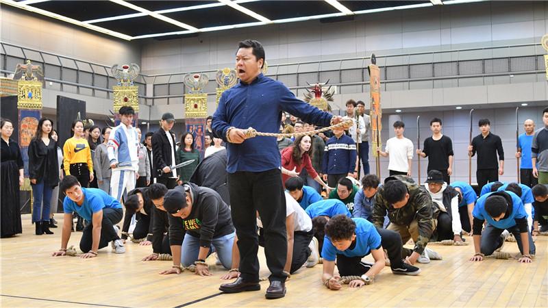 国家大剧院合唱团成员在剧中饰演祭司、僧侣、军官、战士、埃及民众、埃塞俄比亚奴隶等多重角色。凌风/摄