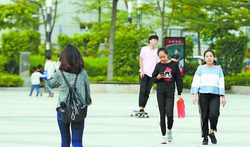 天气渐凉,市民出行穿起长袖长裤。
