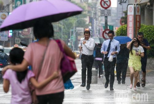 雨中的台湾民众。台湾《联合报》资料图
