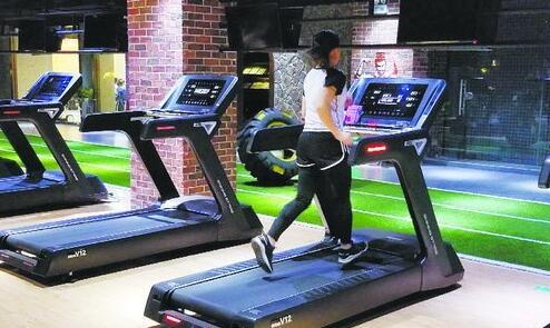 市民在健身房的跑步机上锻炼。